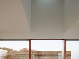 大きな窓で繋がる家: 前田工務店が手掛けたベランダです。