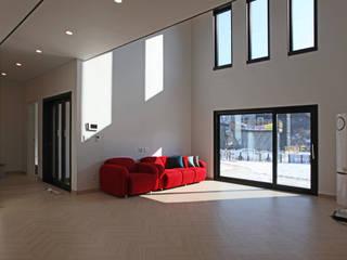 Ruang Keluarga oleh 지성하우징, Modern