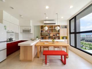 Moderne Küchen von 上云空間設計 Modern