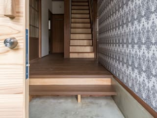 借家の家: 山本嘉寛建築設計事務所 YYAAが手掛けた廊下 & 玄関です。,