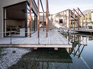 Living with water Moderner Balkon, Veranda & Terrasse von Ecologic City Garden - Paul Marie Creation Modern