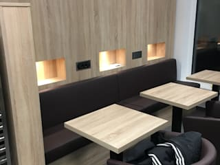 Bistro mit Sitzbank und Lounge-Sessel, Rückwand mit Flip-Steckdosen und Induktionsladung für Smartphone:  Ladenflächen von Reinhardt Ladenbau GmbH