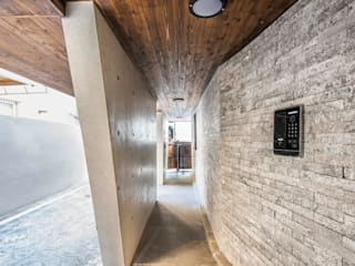 Modern Corridor, Hallway and Staircase by 집으로 Modern
