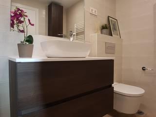 Banheiros modernos por M.Angustias Terron Moderno