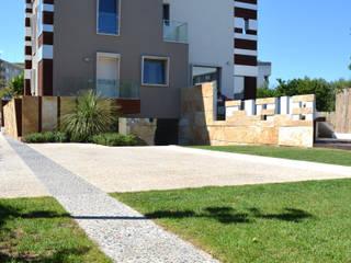 Villa padronale con parco e piscina: Villa in stile  di studioIDEAM