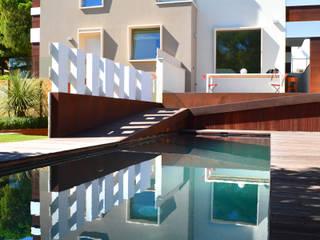 Villa padronale con parco e piscina: Piscina in stile  di studioIDEAM