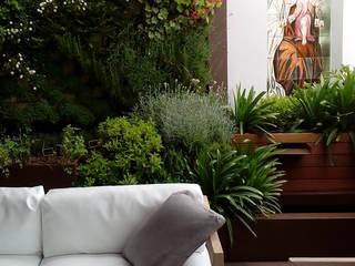Jardín vertical en terraza de vivienda Jardines de estilo moderno de La Habitación Verde Moderno