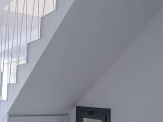 Barandilla de escalera en celosía.: Escaleras de estilo  de GPA Gestión de Proyectos Arquitectónicos  ]gpa[®
