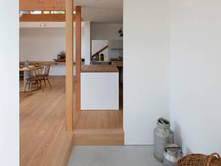 西松ヶ丘の家 House in Nishimatstugaoka ミニマルスタイルの 玄関&廊下&階段 の arbol ミニマル