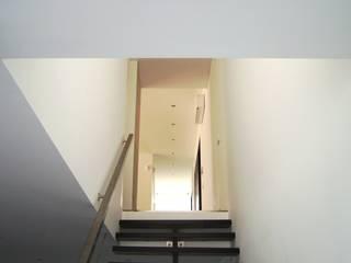 Casa na Cruz de Oliveira: Escadas  por pedro fonseca jorge, arquitetura + design