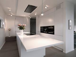 Hochwertige Privatwohnung Minimalistische Küchen von Lumoplan Lichtplanung Berlin Minimalistisch