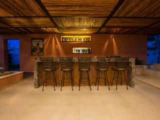 Bar de la Terraza Principal: Cavas de estilo moderno por Heftye Arquitectura