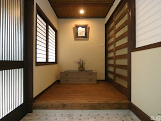 三世代に渡って受け継ぐ家: 株式会社菅野企画設計が手掛けた廊下 & 玄関です。,