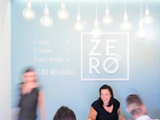 ZERO-E ice cream café: Bar & Club in stile  di NINE associati