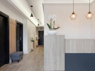 Hol wejściowy z poczekalnia i rejestracją: styl , w kategorii Kliniki zaprojektowany przez ARCHAMO architektura