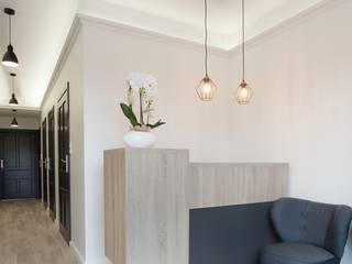 Rejestracja w gabinecie stomatologicznym w Kościerzynie: styl , w kategorii Kliniki zaprojektowany przez ARCHAMO architektura