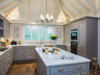 Mr & Mrs T, Oxshott Raycross Interiors Built-in kitchens Wood Grey