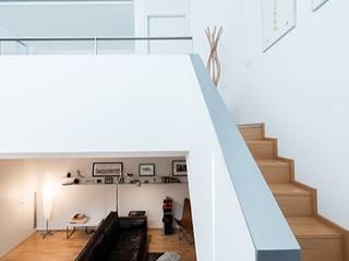 Conversión de un local comercial en vivienda en Barcelona Pasillos, vestíbulos y escaleras de estilo minimalista de ETNA STUDIO Minimalista