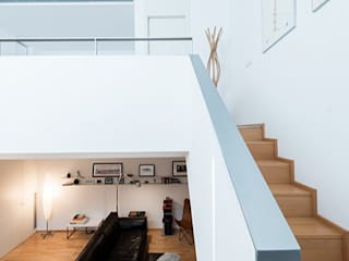 Minimalist corridor, hallway & stairs by ETNA STUDIO Minimalist
