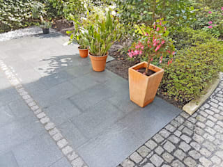 Terrasse mit Granitplatten, Pflaster und Sichtschutzplatten aus Naturstein NPR Natursteinpark Ruhr GmbH Moderner Balkon, Veranda & Terrasse Granit Grau