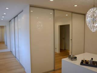Wohnung 2: moderne Ankleidezimmer von DRECHSLER INTERIORS