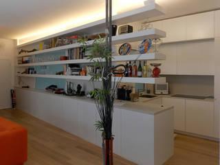 SOGGIORNO: Sala da pranzo in stile in stile Minimalista di DELISABATINI architetti