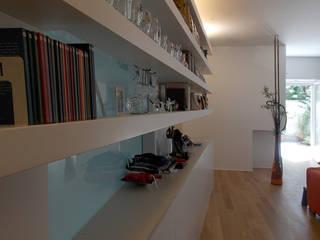 LIBRERIA: Ingresso & Corridoio in stile  di DELISABATINI architetti