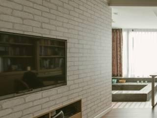 美式風格溫泉套房:  客廳 by 大觀創境空間設計事務所,