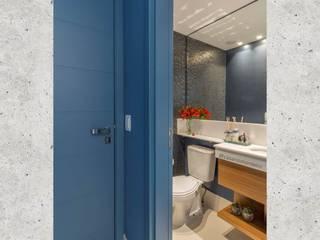 Baños de estilo ecléctico de CASARIN MONTEIRO ARQUITETURA & INTERIORES Ecléctico