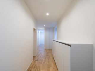 C HOUSE: 安藤建設株式会社が手掛けた廊下 & 玄関です。