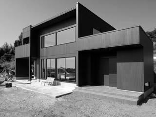 Black modern: 株式会社プラスアイが手掛けた家です。