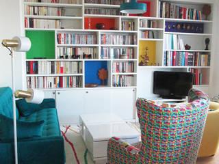 Bibliothéque sur mesure avec niches colorées.:  de style  par Coralie Balléry Décoration