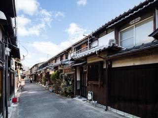 昭和小路の長屋: 山本嘉寛建蓄設計事務所 YYAAが手掛けた長屋です。