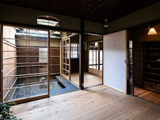 昭和小路の長屋: 山本嘉寛建蓄設計事務所 YYAAが手掛けた木製サッシです。
