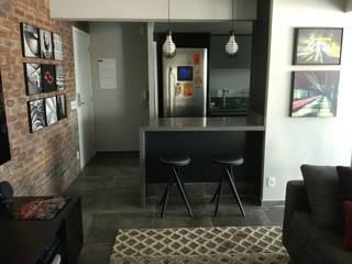 Cozinha integrada: Armários e bancadas de cozinha  por AM arquitetura e interiores