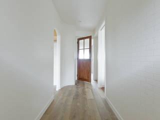 Natural Vintage - カフェスタイルの家: TBJインテリアデザイン建築事務所が手掛けた廊下 & 玄関です。,モダン
