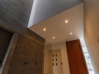 都市なかのコートハウス: Lods一級建築士事務所が手掛けた廊下 & 玄関です。,モダン