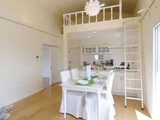 ロフトハウスに住む ー マンションリビング空間: TBJインテリアデザイン建築事務所が手掛けたリビングです。,北欧