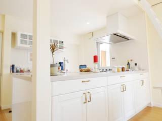 ロフトハウスに住む ー マンションリビング空間: TBJインテリアデザイン建築事務所が手掛けたキッチンです。,北欧