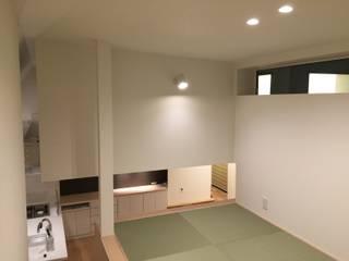 2世帯が集う、ルーフテラスを持つ店舗併用住宅: Lods一級建築士事務所が手掛けた子供部屋です。,ミニマル
