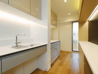 リノベーション~L型造作ソファのリビングとロフトベットの子供部屋~: Lods一級建築士事務所が手掛けたキッチンです。,モダン