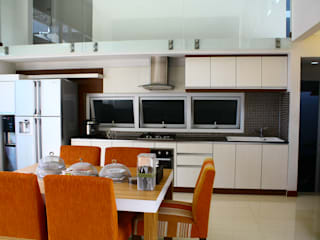 Living Dining Room:  Dapur built in by Exxo interior