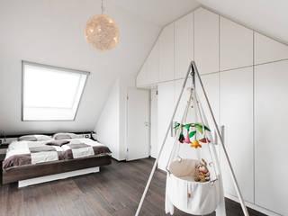 Quartos minimalistas por Koitka Innenausbau GmbH