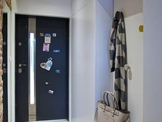 mieszkanie w Plewiskach I: styl , w kategorii Korytarz, przedpokój zaprojektowany przez Kara design. Pracownia Projektowa Karolina Pruszewicz