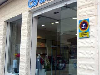 Tienda Carantoñas en Ribarroja: Garajes de estilo mediterráneo de LCC, Licitaciones y Contrataciones de Construcción