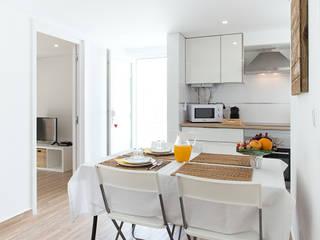 Vista de espaço misto cozinha e sala de refeições:   por Imovideo