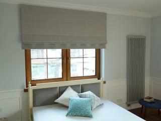 Roleta rzymska z dolnym panelem dekoracyjnym, poduszki dekoracyjne, wezgłowie tapicerowane: styl , w kategorii Sypialnia zaprojektowany przez Decore Atelier