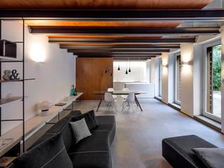 Casa Okume': Sala da pranzo in stile  di Paola Maré Interior Designer, Moderno