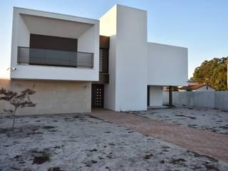 MESAS - JARDIM S&M: Jardins de fachada  por Jardins e Exteriores - Arthur Pereira - Arqto. Paisagista,Moderno