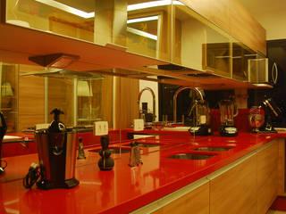 OUSADIA NA BANCADA DE TRABALHO: Armários e bancadas de cozinha  por Fabio Gamboa Arquitetura,Moderno Quartzo
